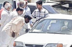 Image Credit: DEVADASAN/Gulf News     Commuters bargaining with an illegal taxi for a car pool in Dubai recently.